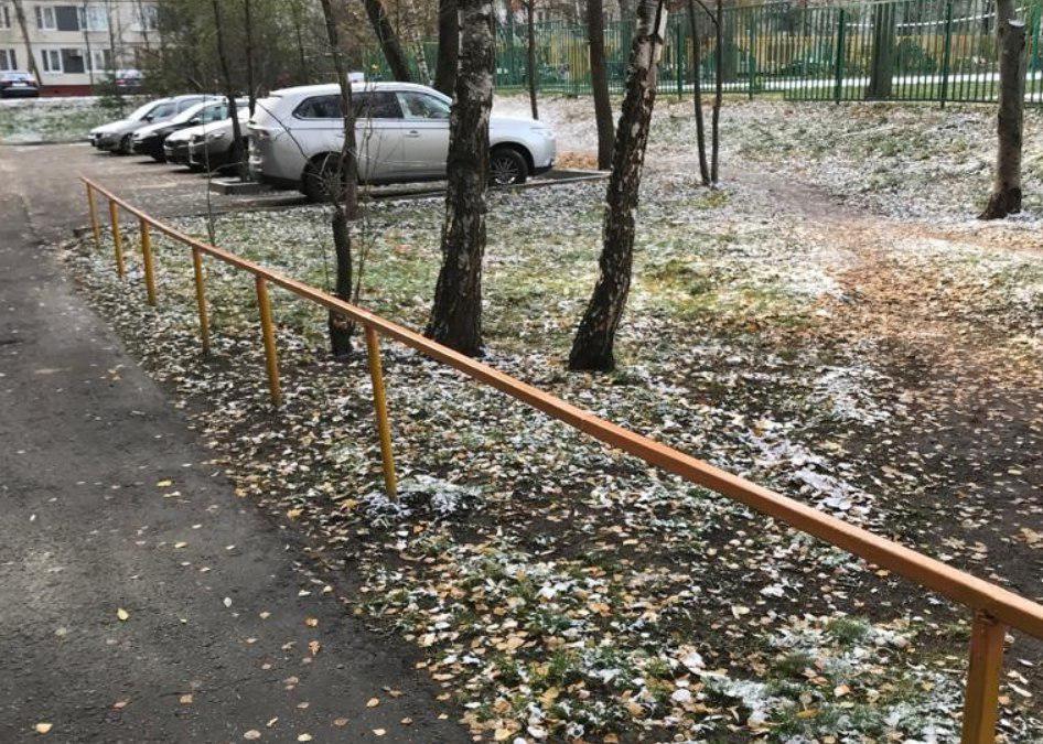 Во дворе на улице Конёнкова отремонтировали газонное ограждение