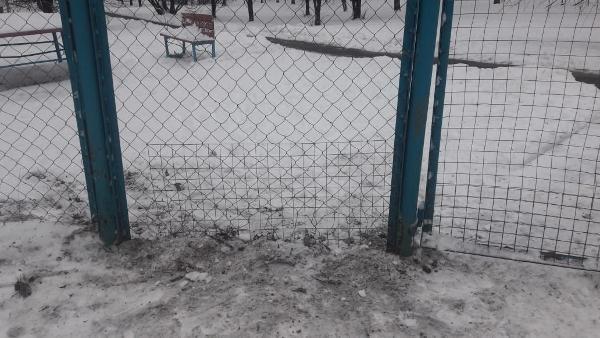 Ограждение площадки для выгула собак отремонтировали на улице Лескова